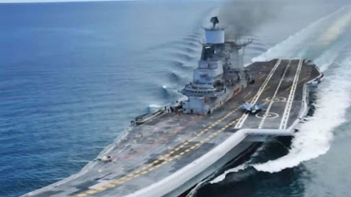 कर्नाटक: INS विक्रमादित्य युद्धपोत पर भभकी आग-नौसेना ने दिए जांच के आदेश