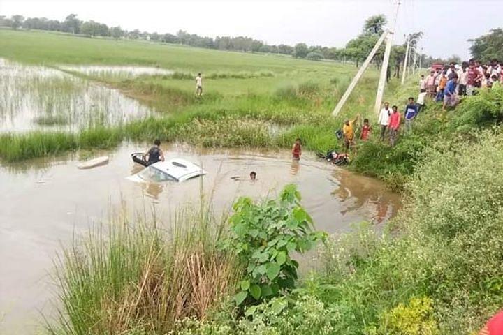 UP : बलरामपुर में कार पलटकर तालाब में गिरी, 6 की मौत