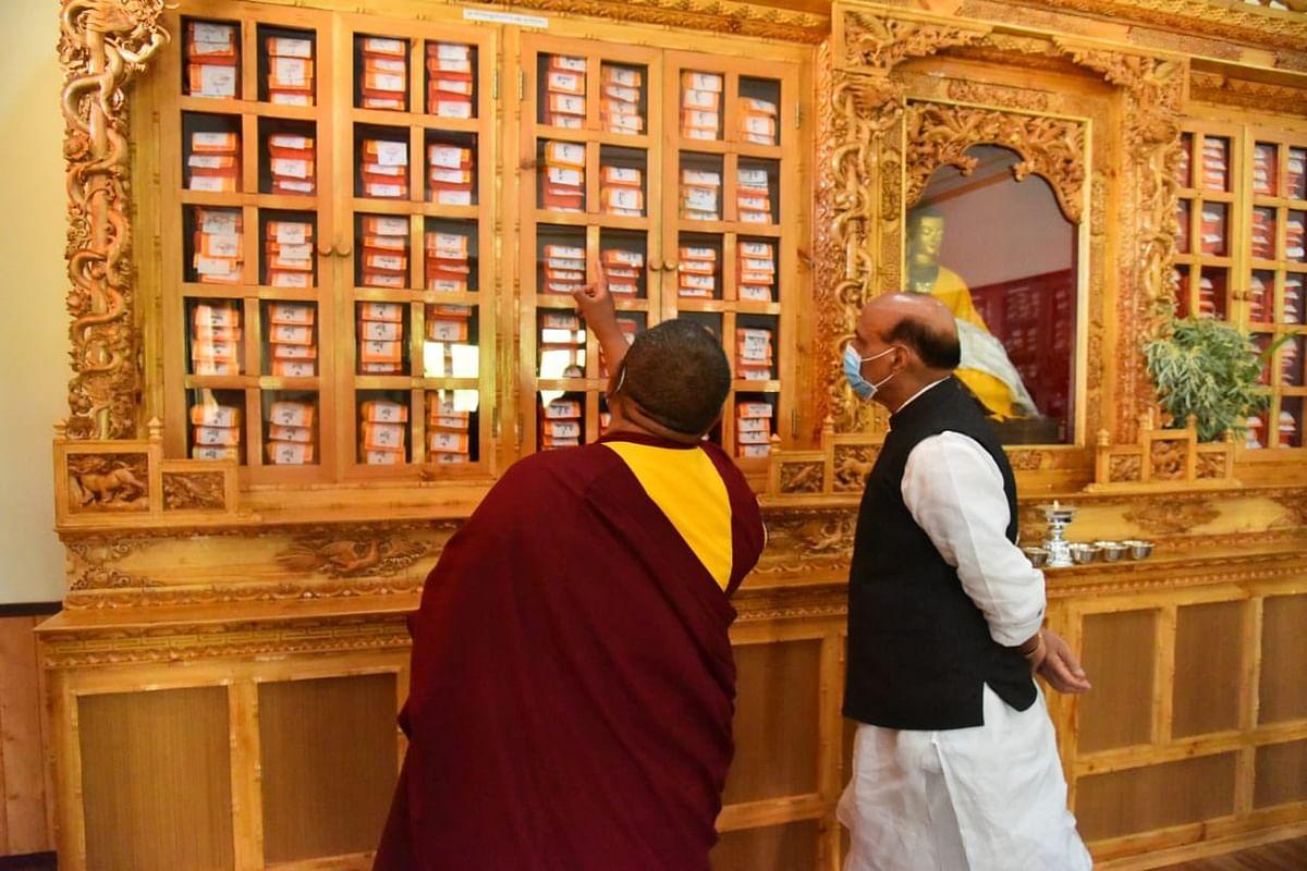 लद्दाख: राजनाथ सिंह ने थिकसे मठ का दौरा कर एक पुस्तकालय का किया उद्घाटन