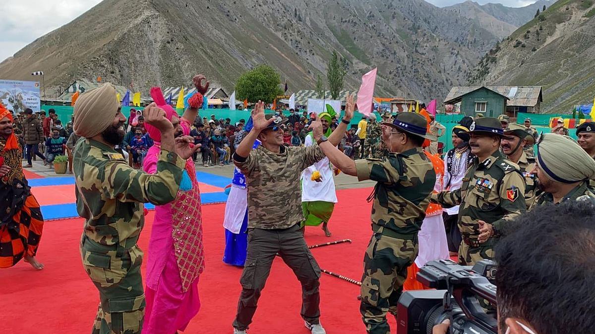 जवानों से मिलने कश्मीर पहुंचे अक्षय कुमार, फौजियों के साथ किया भांगड़ा