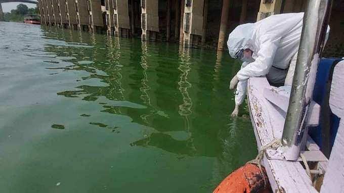 गंगा नदी के पानी का रंग बदलने से बढ़ी जिला प्रशासन की टेंशन,DMने गठित की टीम