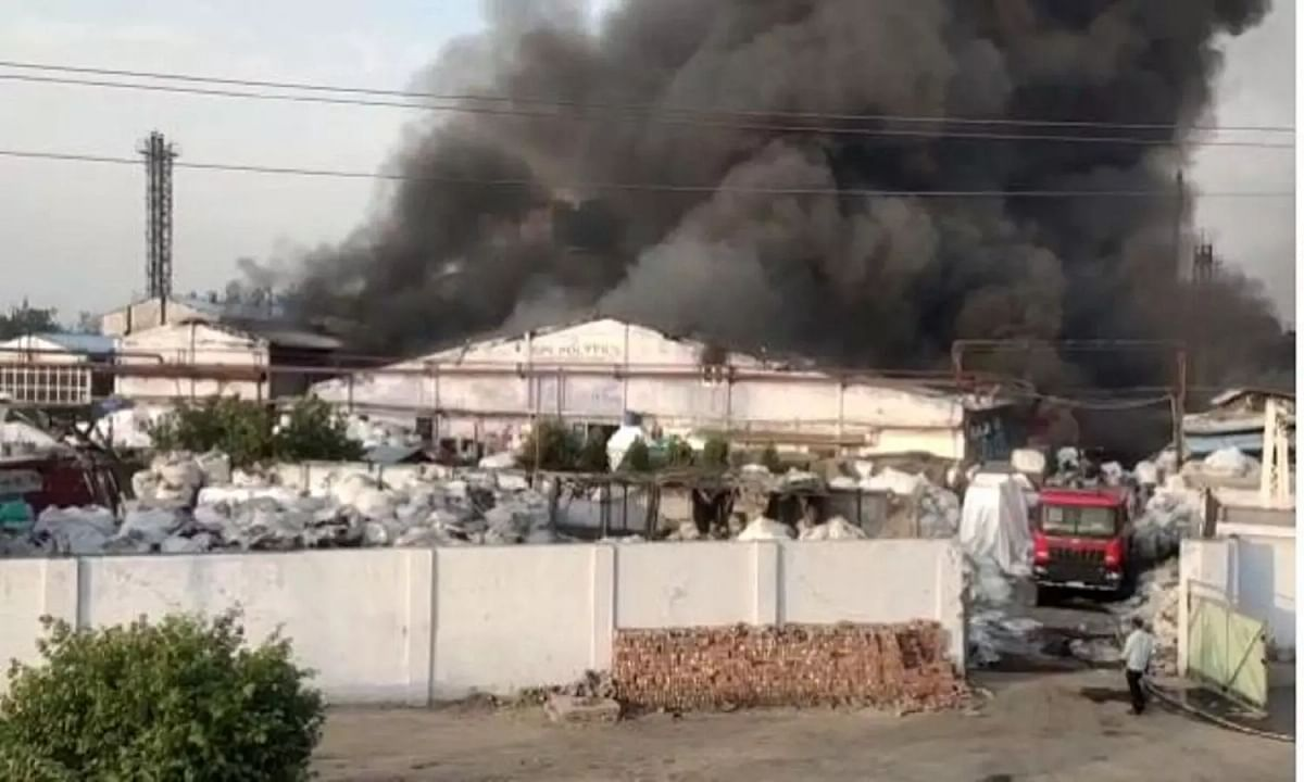 UP के कानपुर में GPL पोली फाइल्स प्लास्टिक फैक्ट्री में भभकी भीषण आग