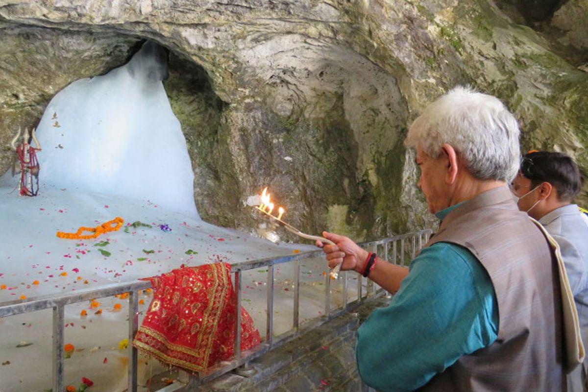 मनोज सिन्हा ने अमरनाथ गुफा में की पूजा-अर्चना