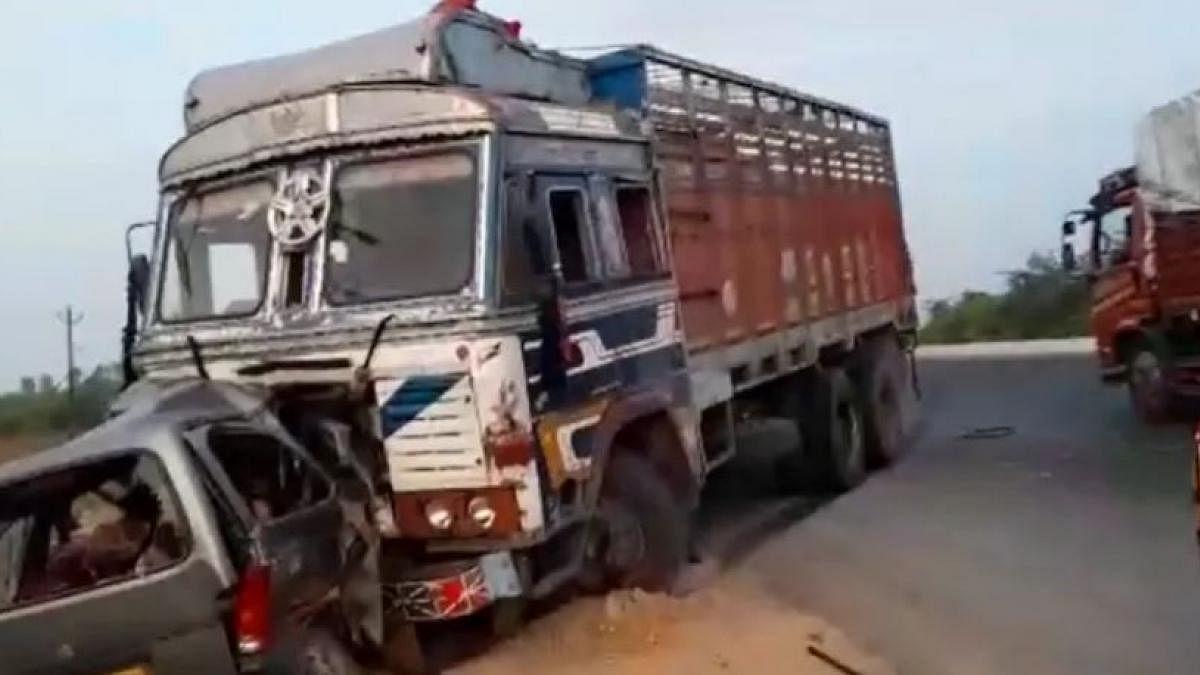 गुजरात के आणंद में तेज रफ्तार ट्रक और कार की भीषण टक्कर-कार के उड़े परखच्चे