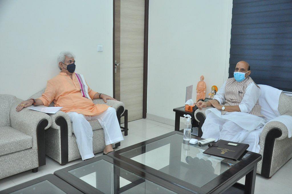 जम्मू-कश्मीर के उपराज्यपाल की रक्षा मंत्री राजनाथ सिंह से मुलाकात