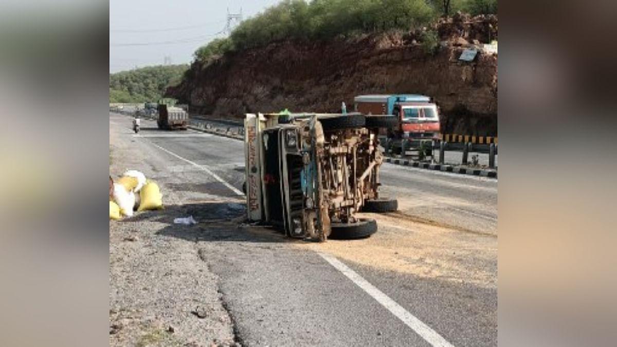 ग्वालियर में भीषण हादसा: गेहूं से भरा लोडिंग वाहन पलटने से 5 की मौत