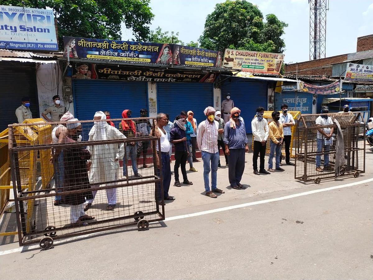 बिना मास्क घूम रहे लोगों को घंटों अस्थाई जेल में रखकर कराया पैदल मार्च