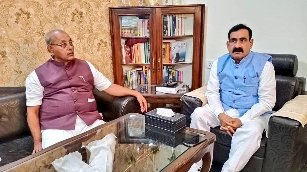 विस अध्यक्ष गिरीश गौतम ने मंत्री मिश्रा से उनके निवास पर की सौजन्य भेंट