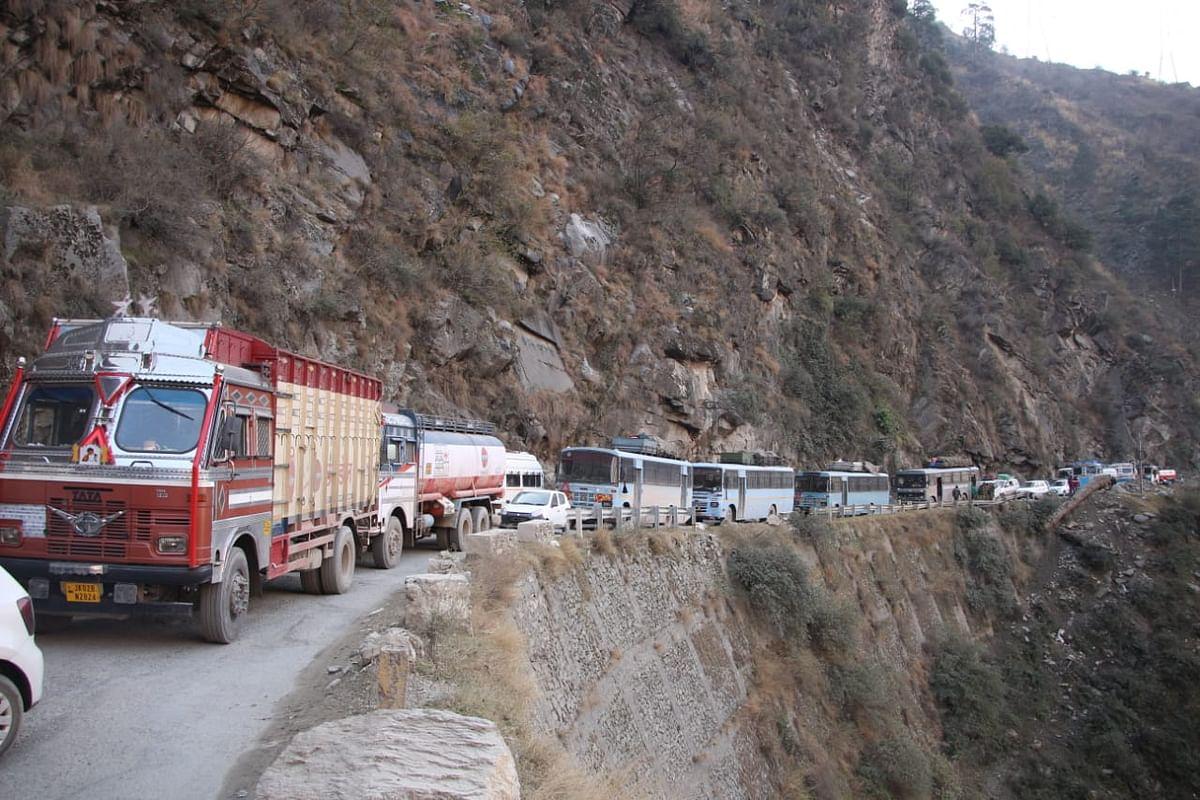 लद्दाख को कश्मीर से तथा श्रीनगर को जम्मू से जोड़ने वाला राजमार्ग बंद