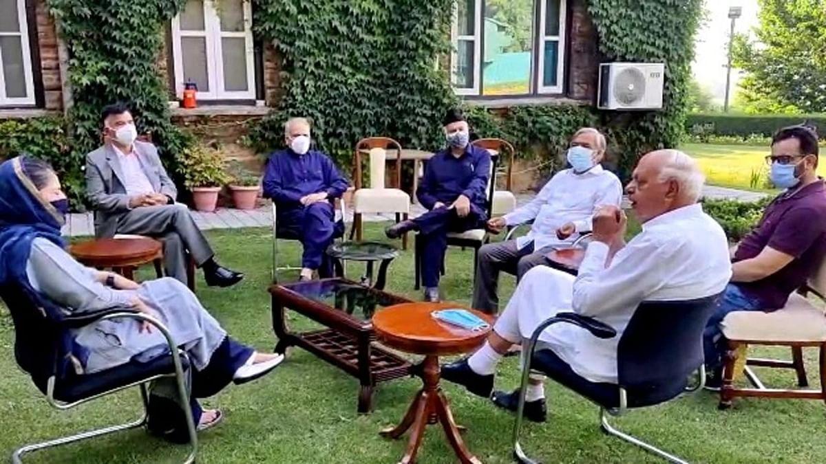 जम्मू-कश्मीर: PM मोदी की मीटिंग से पहले गुपकार गठबंधन के नेताओं की बैठक