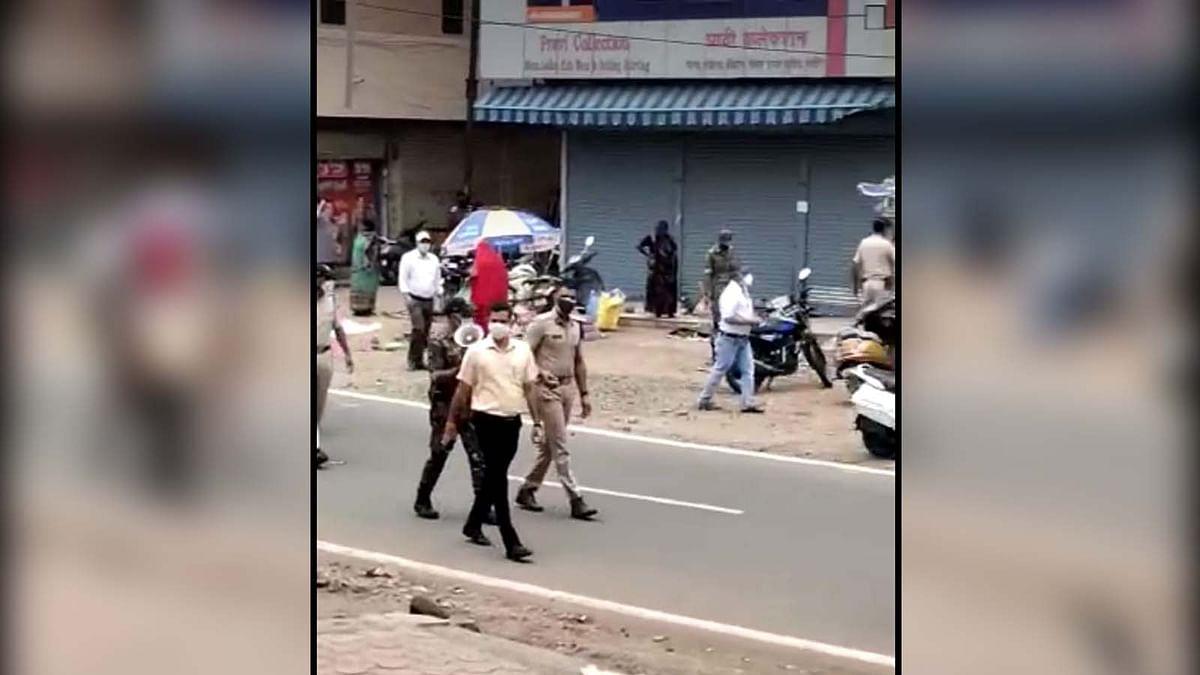 करोंद चौराहा पहुंचे कलेक्टर व डीआईजी, बिना आदेश खुली दुकानें देख हुए नाराज
