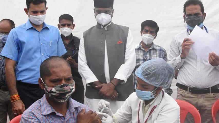 प्रदेश मंत्री विश्वास सारंग ने व्यापारियों के टीकाकरण कैंप का लिया जायजा