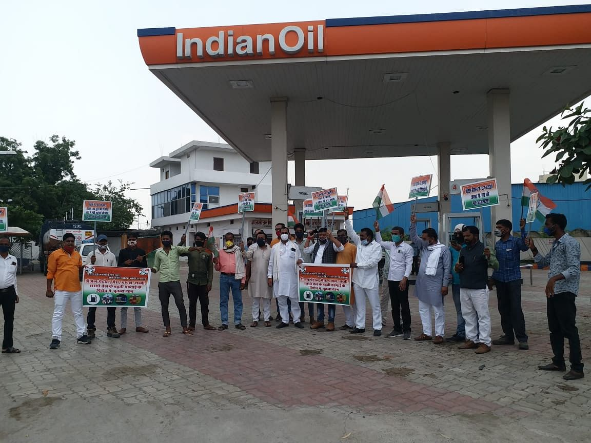 सिंगरौली कांग्रेस कमेटी द्वारा पेट्रोल के बढ़ते दामों के विरोध में प्रदर्शन