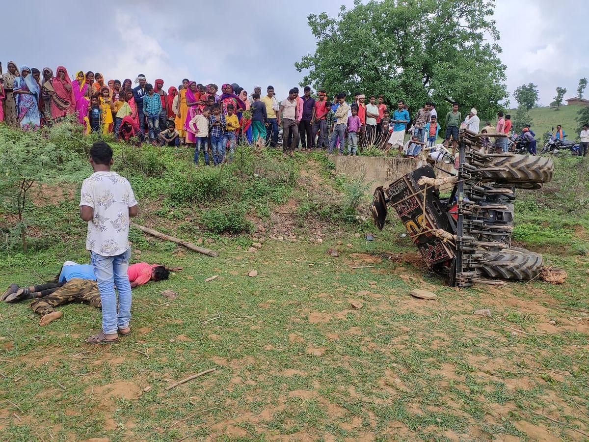 अनियंत्रित ट्रैक्टर पलटने घटना में वृद्ध महिला सहित चार की मौत