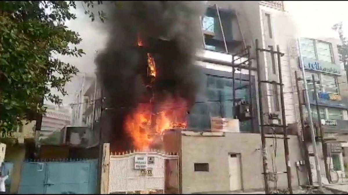 उत्तर प्रदेश के नोएडा सेक्टर-2 में एक कॉल सेंटर में भभकी भयानक आग