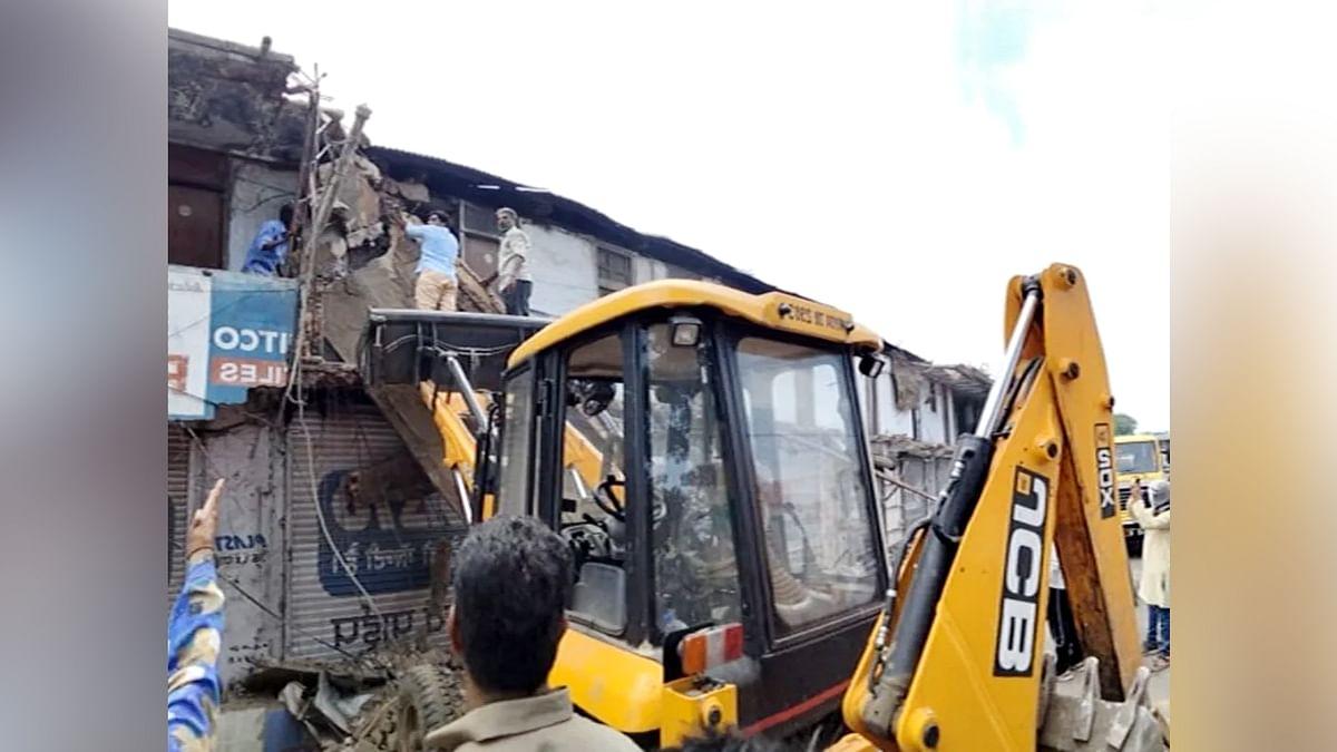 Bhopal: भारत टॉकीज के सामने बनी दुकानों के छज्जे अचानक भरभरा कर गिरे