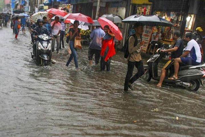 मुंबई में भारी बारिश के कहर से रेल सेवा प्रभावित, जारी किया गया अलर्ट