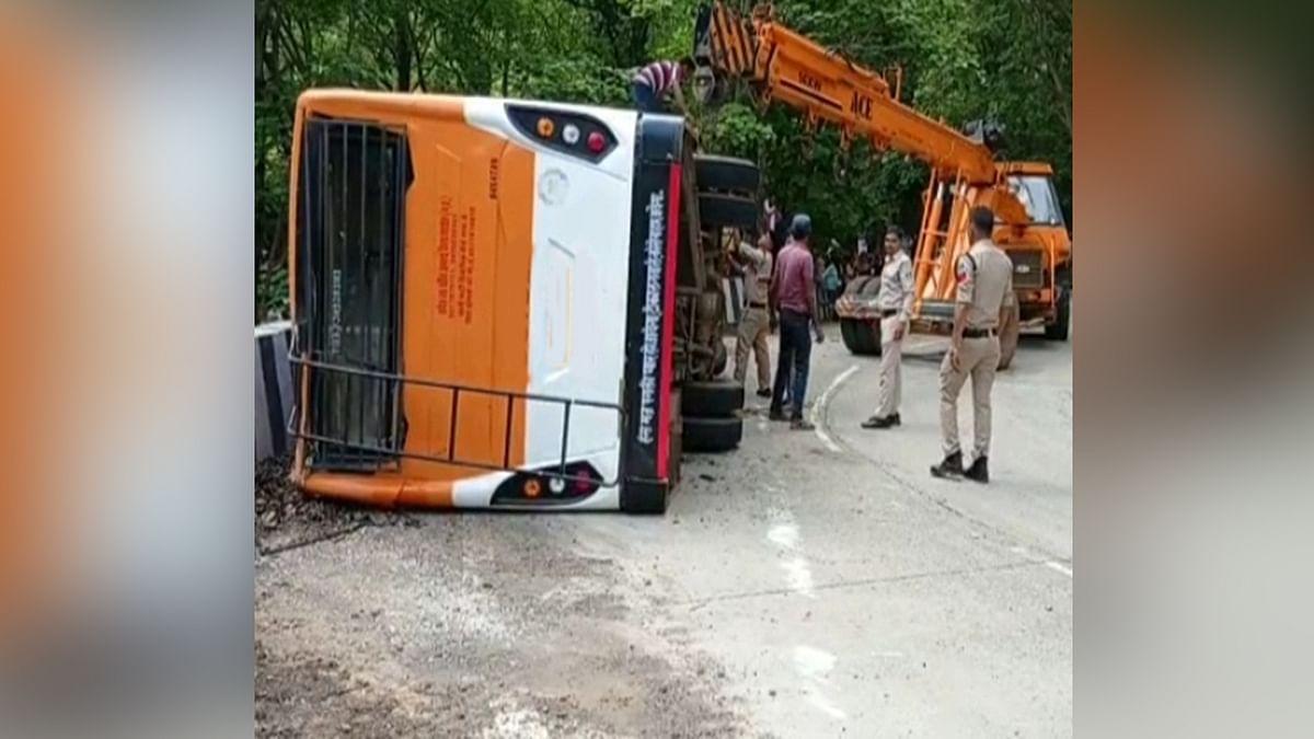 Anuppur में हुआ हादसा: यात्री बस पलटने से एक की मौत, दुर्घटना में 10 लोग घायल