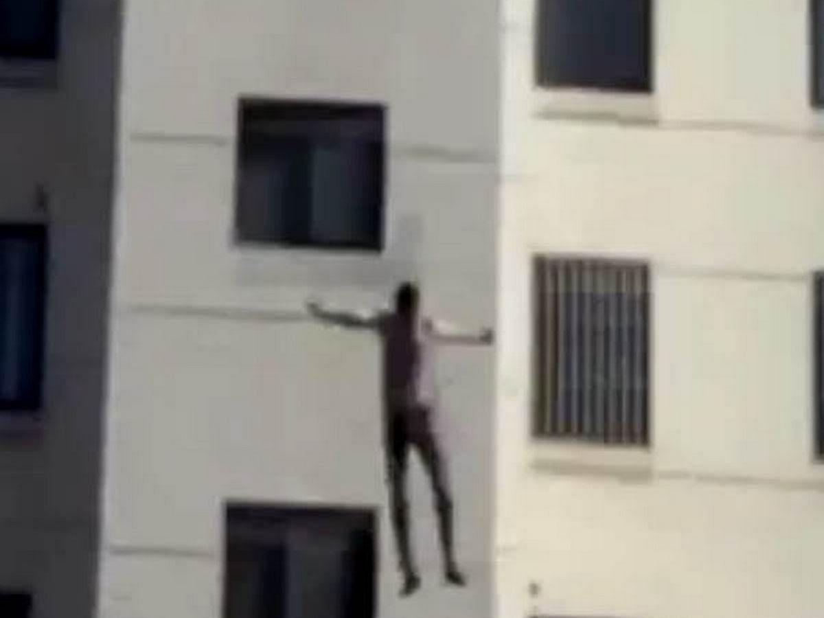 सेल्फी लेने के बहाने पति को छत पर ले गई और तीसरी मंजिल से दे दिया धक्का