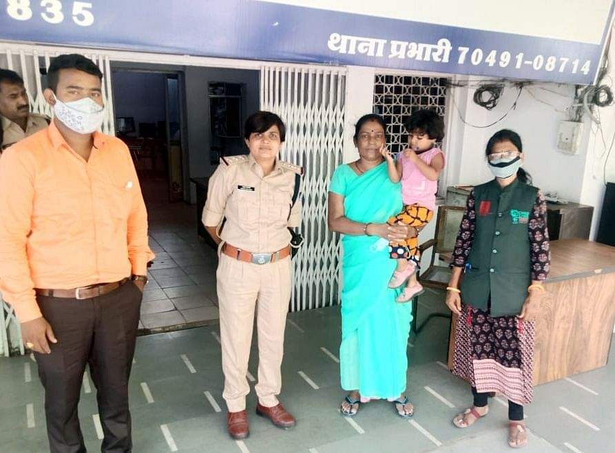 Indore Dial 100 : तीन घंटे में रास्ता भटकी तीन साल की मासूम पहुंची अपने घर