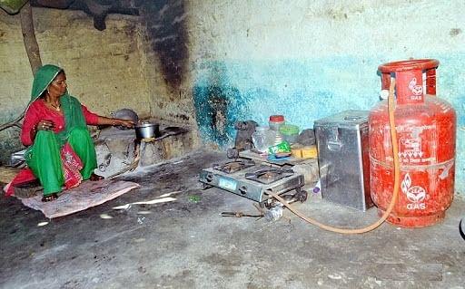 रसोई गैस की कीमतों से परेशान गरीब वर्ग लकड़ी के चूल्हों की ओर