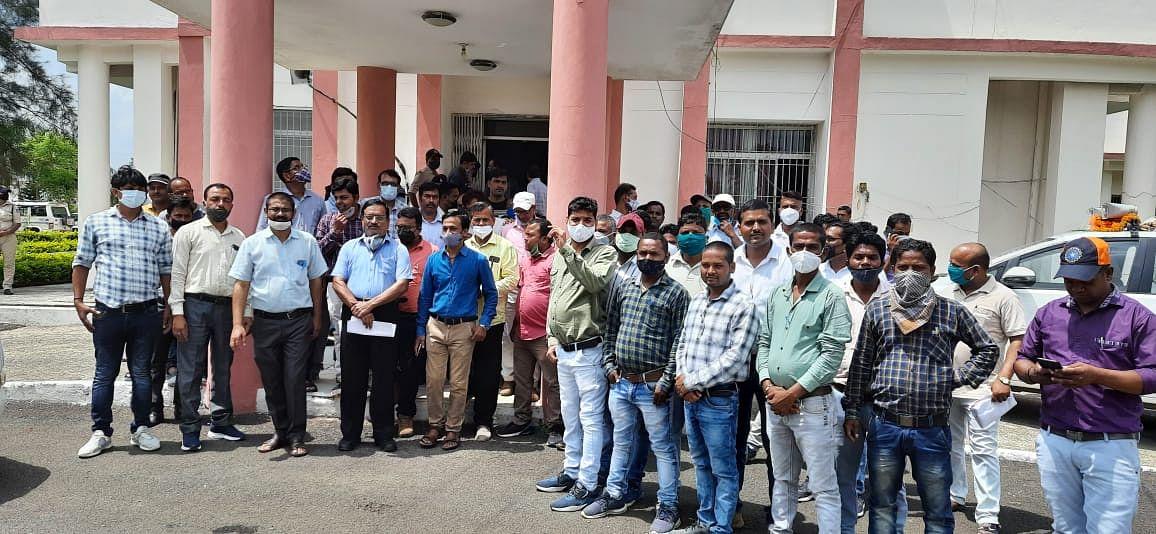 Anuppur : प्रताड़ना व आत्महत्या के विरोध में उपयंत्रियों ने सौंपा ज्ञापन