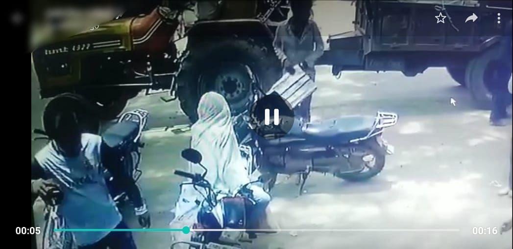 रेकी कर बाइक पर लटका रुपयों से भरा बैग ले गया चोर, CCTV में कैद हुई वारदात