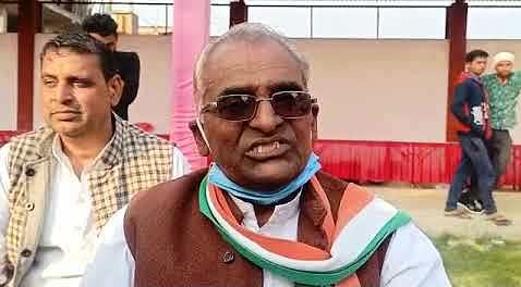 पूर्व मंत्री डॉ. गोविंद सिंह की आलोचना करने वाले अध्यक्ष पर गिरी गाज