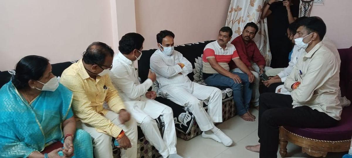 प्रभारी मंत्री सिंह ने पत्रकार तिवारी के घर पहुंचकर व्यक्त की शोक संदेवनाएं