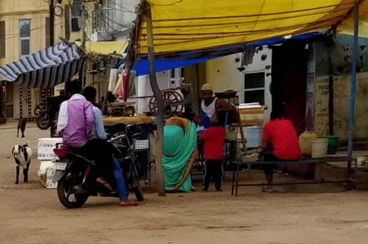 Anuppur: आदेश के बाद भी नहीं हटाया गया गोश्त बाजार, बाजार में फैल रही गंदगी