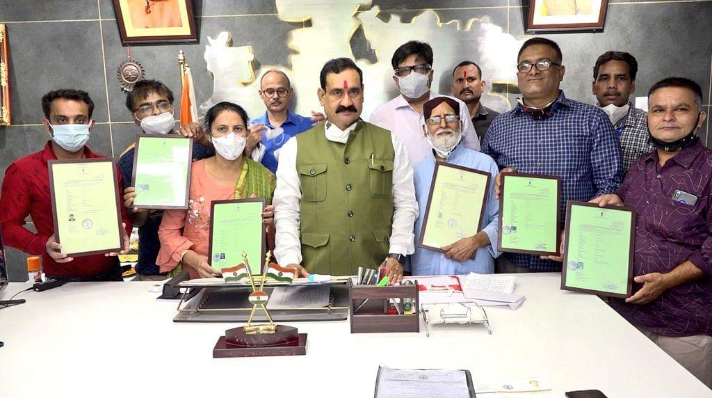 नरोत्तम ने 6 हिन्दू शरणार्थियों को सौंपे भारतीय नागरिकता संबंधी प्रमाण पत्र