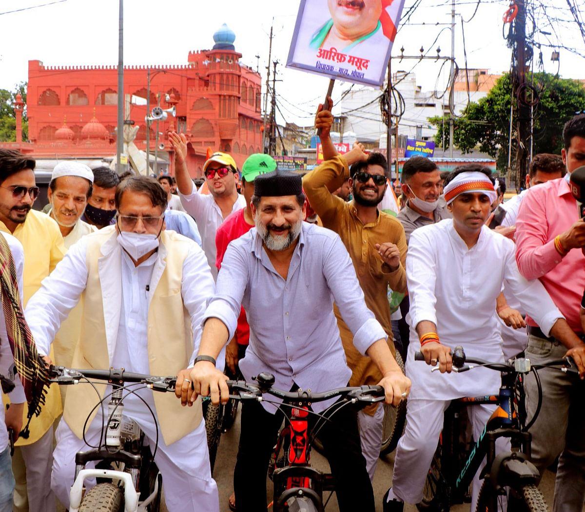 आरिफ़ मसूद और पीसी शर्मा ने चलाई सायकिल, केन्द्र और राज्य सरकार को घेरा