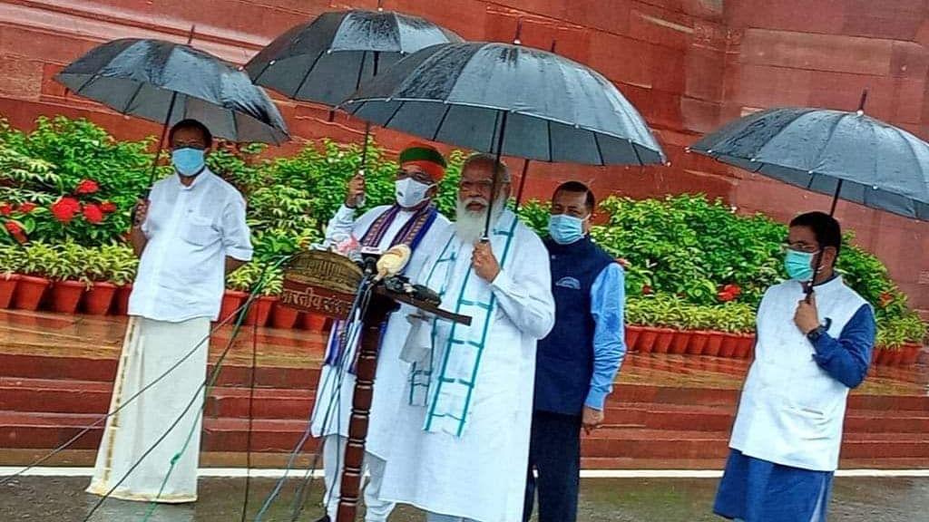 संसद के बाहर हाथ में छाता लेकर PM मोदी ने मीडिया को संबोधित कर कही ये बातें