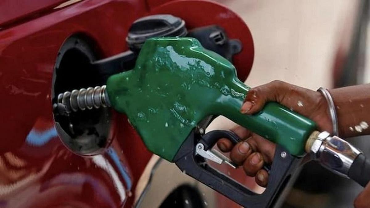 पेट्रोल और डीजल में लगातार दूसरे दिन भी बनी रही स्थिरता