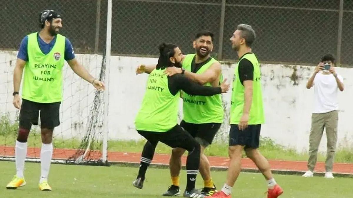 धोनी के साथ फुटबॉल खेलने पहुंचे रणवीर सिंह, माही पर प्यार बरसाते आए नजर