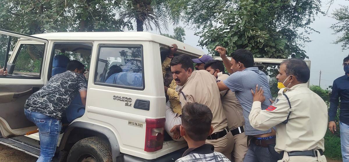 हमलावरो को जीप में ले जाते पुलिस