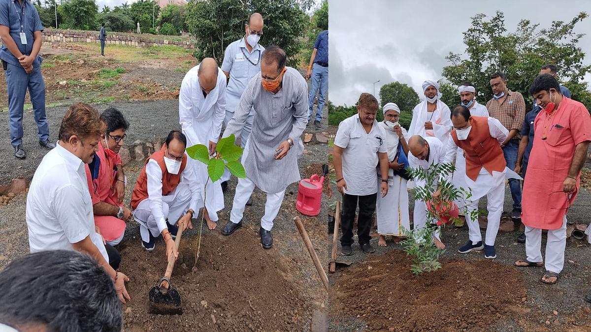 Bhopal: आज एमपी के CM शिवराज ने नर्मदा मिशन के संस्थापक के साथ लगाए दो पौधे