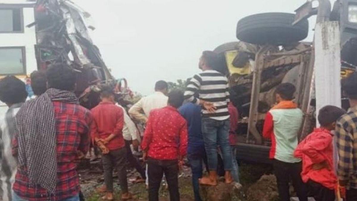 Jhabua: बस और ट्रक की हुई भीषण टक्कर, हादसे में 3 लोगों की मौत