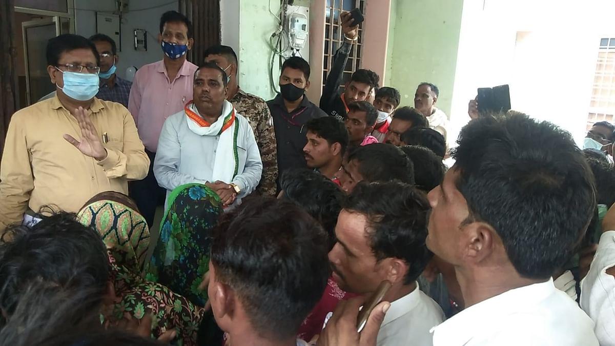 Dabra : बाढ़ प्रभावितों ने एसडीएम कार्यालय का किया घेराव