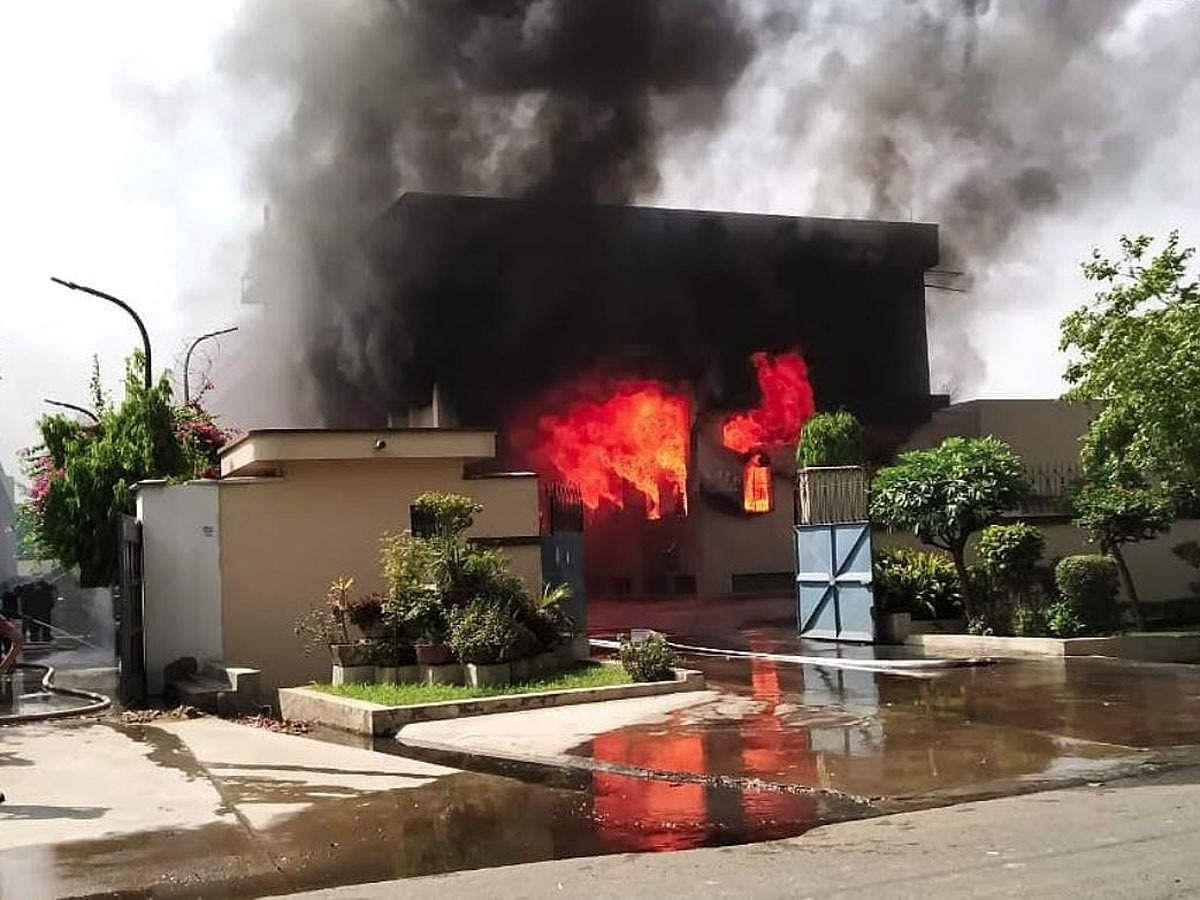 उत्तर प्रदेश के गाजियाबाद में एक केमिकल फैक्ट्री में भभकी आग ने मचाया तांडव