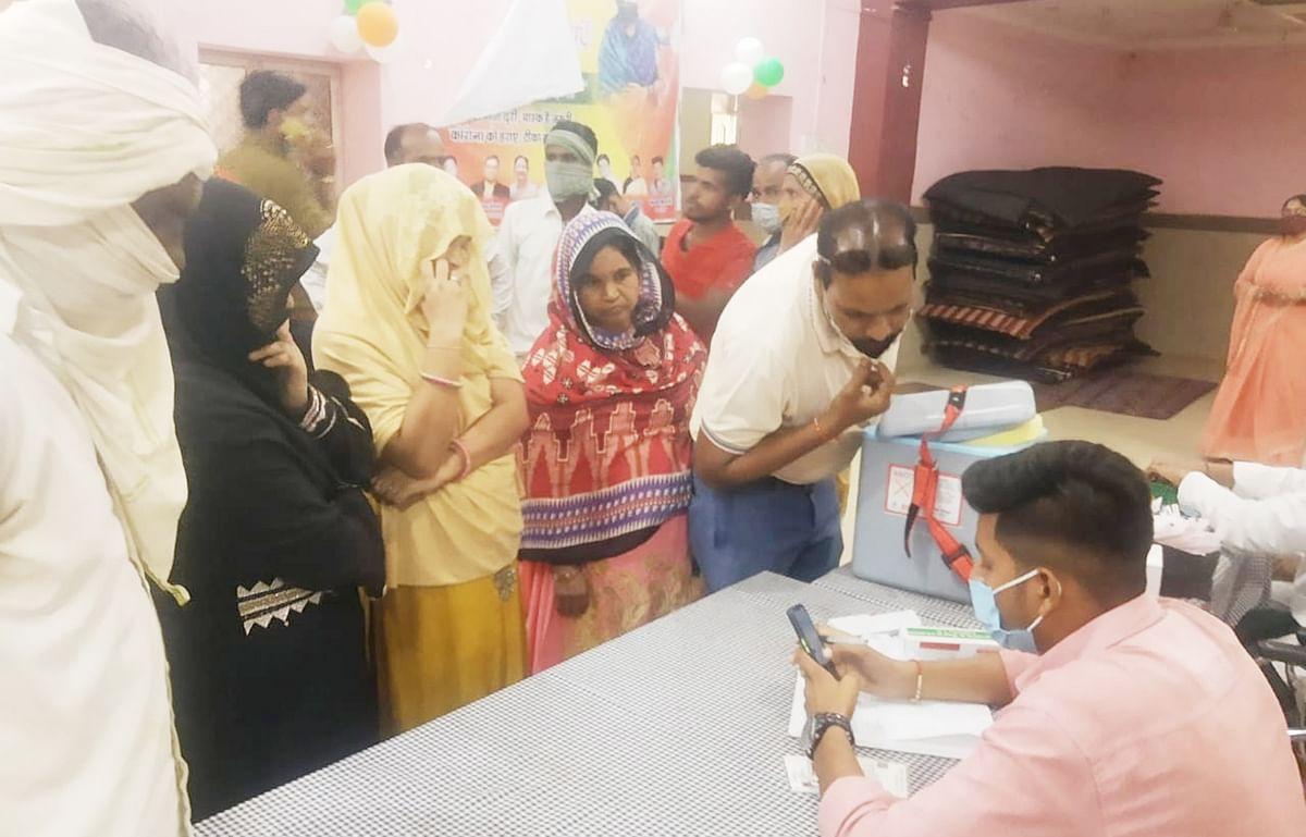 वैक्सीनेशन महाभियान:  टीका लगवाने की अपेक्षा मोबाइल नंबर ढूंढने वालों की रही भीड़