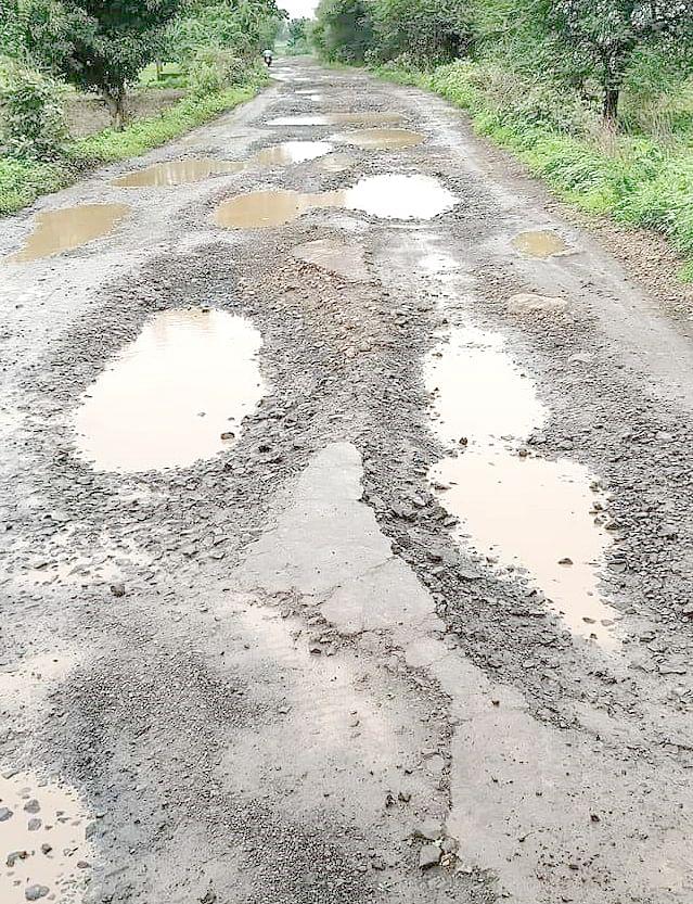 हरदा : प्रदेश की सबसे खराब नांदिया खेड़ा पीएम सड़क, राहगीरों का आवागमन हुआ मुश्किल