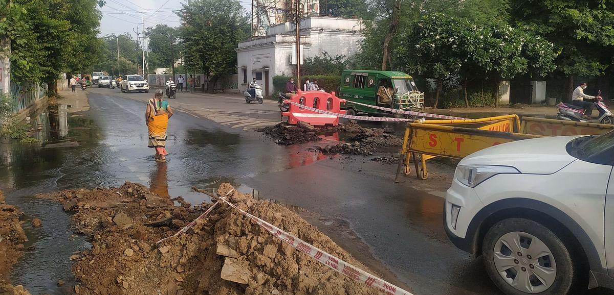 Gwalior : 8 दिन में खोज पाए जमीन में दबे चेम्बर, सड़क पर बह रहा सीवर का पानी
