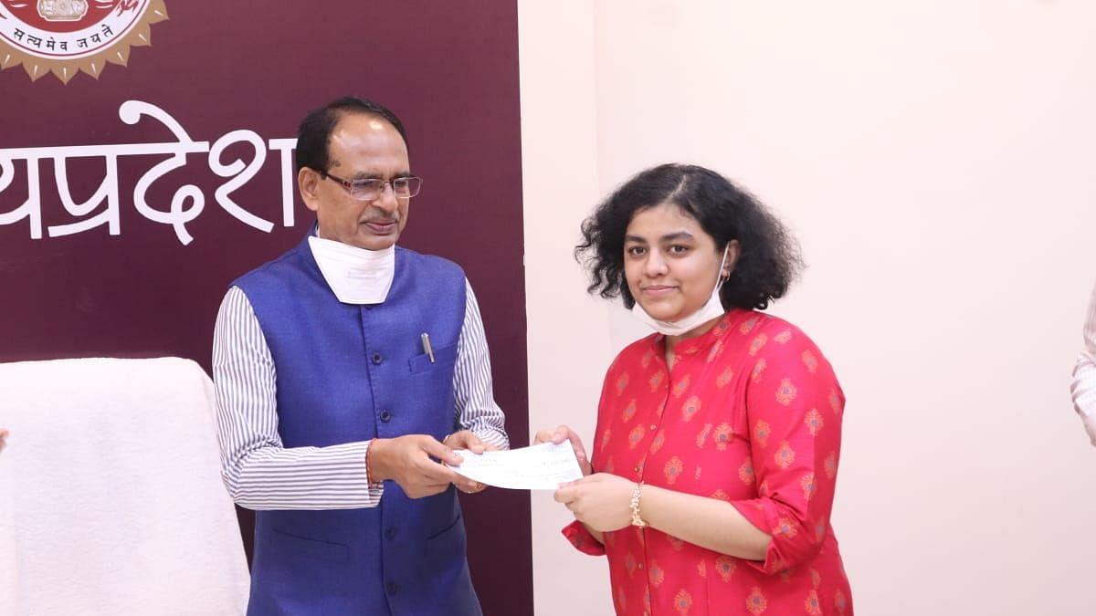 CM चौहान ने टॉपर वनिशा पाठक को सौंपी 2 लाख की राशि, कहा- 'बेटी वनिशा, खूब आगे बढ़ो'