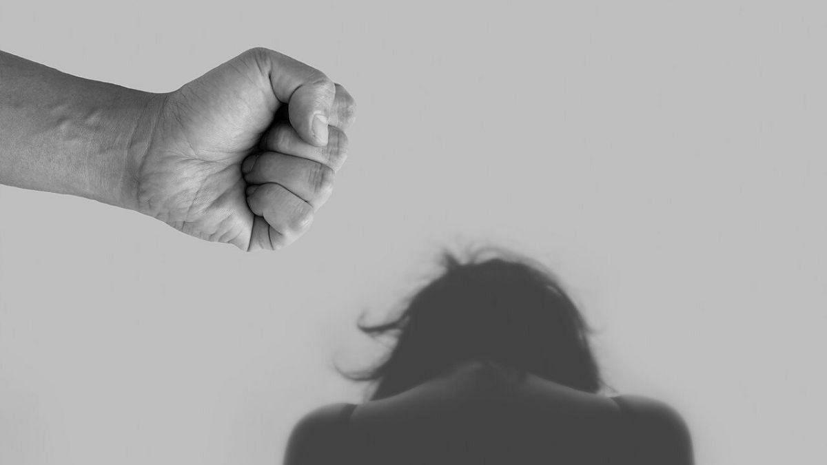 शैतान बन गया पति : महिला के प्राइवेट पार्ट को सुई धागे से सिल डाला
