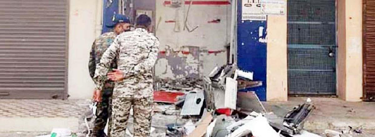 लूट के इरादे से एटीएम में किया विस्फोट, धमाके से सड़क पर बिखरे लाखों रुपए
