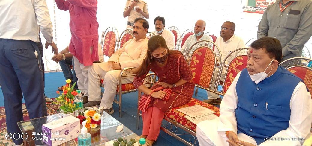 अश्लील पोस्ट करने वाले फरार नेता को भाजपा के मंच पर मिल रहा सम्मान