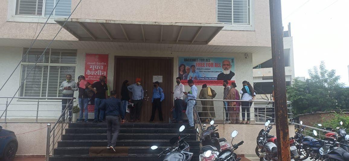सीबीएसई के रीजनल कार्यालय के बाहर खड़े अभिभावक