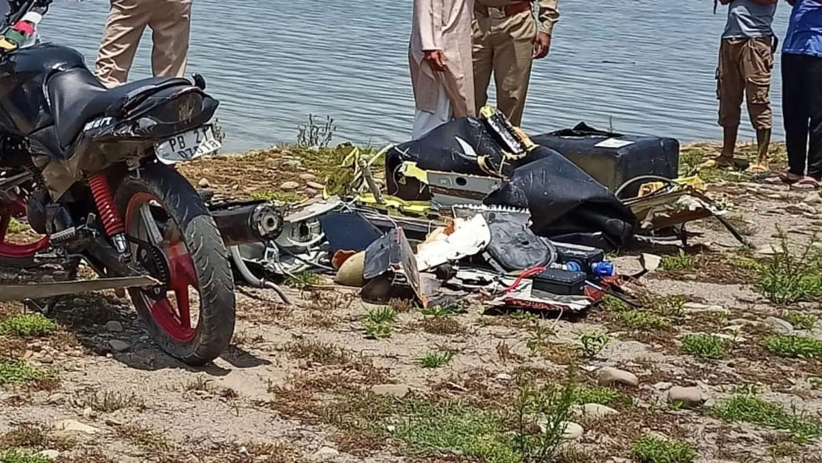 जम्मू कश्मीर के कठुआ में आर्मी का हेलिकॉप्टर क्रैश होकर रणजीत सागर डैम में गिरा