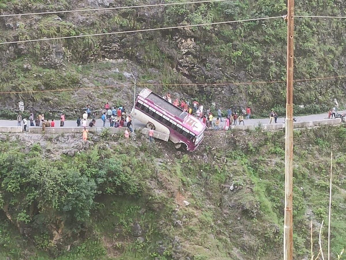 हिमाचल प्रदेश के सोलन में बस चट्टान से गिरी-हादसे में कई लोग घायल